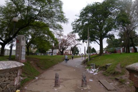 Policlínica Parque Bellán (a la derecha).
