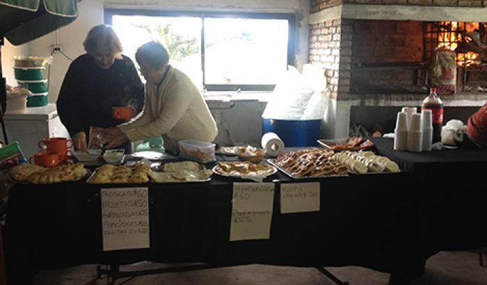 La adultos de Punta Espinillo cocinaron para los presentes