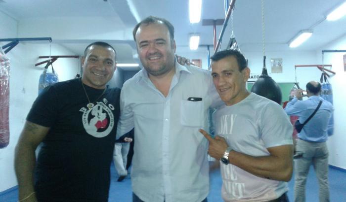El alcalde Gabriel Otero con los hermanos Herrera. Foto: Pablo Khalil.