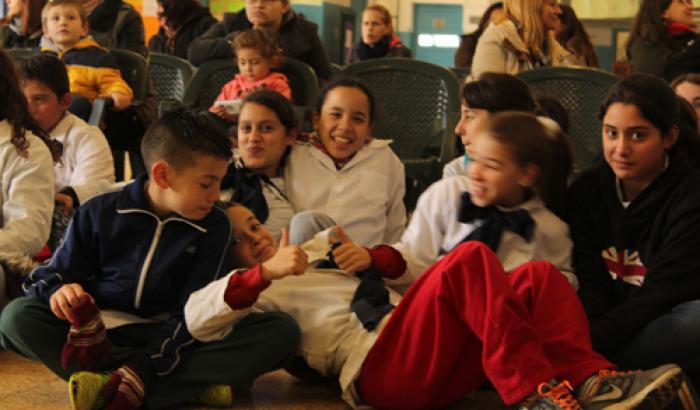 Niños de la escuela participando de la presentación. Foto Municipio a.