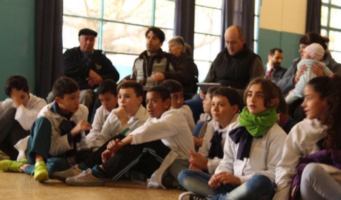 Niños de la escuela participando de la presentación. Foto: Municipio a