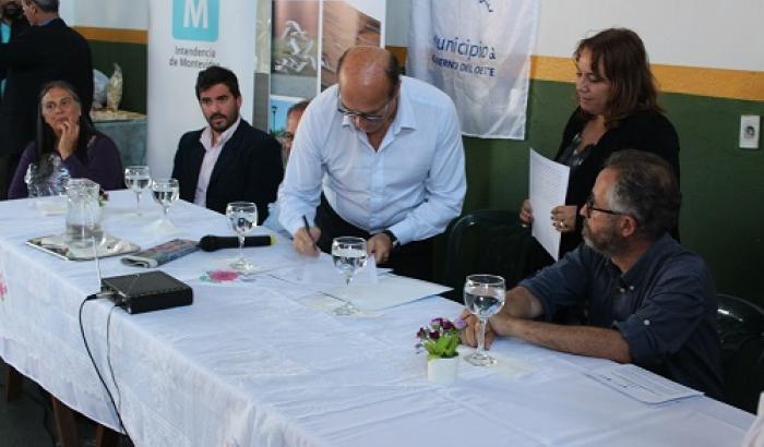 Firma de contrato en el Club Paso de la Arena